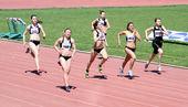 女孩在 200 米赛 — 图库照片