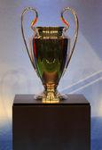 Gouden trofee cup op een blauwe achtergrond. — Stockfoto