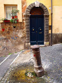 Exterior of the typical old door and fountain in Rome, Italy. — Stock Photo