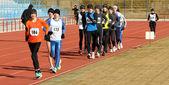 Jungs im 3.000-meter-rennen laufen — Stockfoto