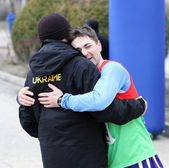 Unidentified men embrace after the finish of the 20,000 meters race walk — Stock Photo
