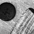 Foto Stock: Hockey stick and puck