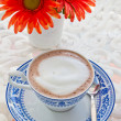 Hot chocolate and flower - Stockfoto