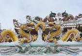 Drago dorato decorato sul tetto del tempio cinese — Foto Stock