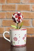 Kopp kärlek med rosor inne — Stockfoto