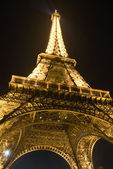 Le charme de la tour eiffel de nuit — Photo