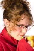 çay tutan genç kadın — Stok fotoğraf