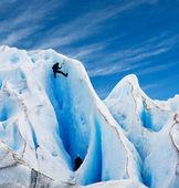 Twee mannen klimmen een gletsjer in patagonië. — Stockfoto
