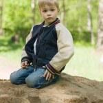A little boy builds a sand castle. — Stock Photo