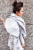 Moderní módní žena nad šedá — Stock fotografie