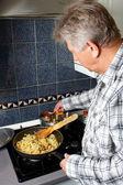 一名男子向水稻添加香料 — 图库照片