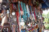Kolorowe naszyjniki na sprzedaż — Zdjęcie stockowe