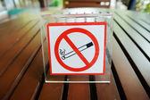 Fumer signe sur table en bois — Photo