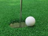 Golfový míček poblíž otvoru — Stock fotografie