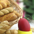Butter shortbread biscuits and Easter egg on the table - 图库照片