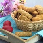 tereyağı kurabiye bisküvi ve tablo Paskalya yortusu yumurta — Stok fotoğraf