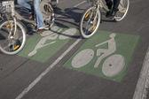 Bisikletçiler bisiklet şeritli üzerinde — Stok fotoğraf