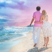 对于广告的理想主义海报。情侣在海滩举行 — 图库照片