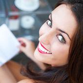 Closeup ritratto di una donna bella e giovane scrivendo un diario — Foto Stock