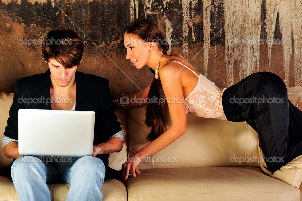 Fashion style photo of an attractive young couple at their grunge apartment at evening — Lizenzfreies Foto #10345004