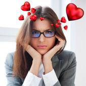 W 彼女の机で働いて退屈の深刻なビジネスの女性の肖像画 — ストック写真