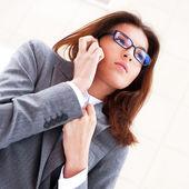 Mulher de negócios bonita no telefone em edifício moderno. piscin — Foto Stock