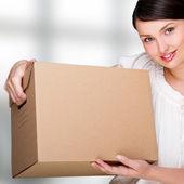 Detailní portrét docela dospělé ženy držící box na kancelář b — Stock fotografie