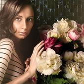 Beautiful fashionable woman portrait indoors at vintage luxury i — Stok fotoğraf