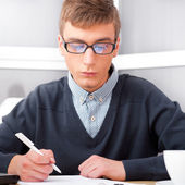 Ensino médio - jovem estudante masculino escrever notas em sala de aula — Fotografia Stock