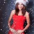 Portrait de la belle jeune femme de Noël posant port santa — Photo #8204376