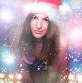 20-25 let stará krásná žena v klobouku vánoční a plavky wi — Stock fotografie