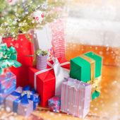 在内部的圣诞树和圣诞礼品盒 — 图库照片