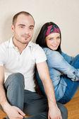Atractiva pareja joven sentado en su casa — Foto de Stock