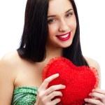 Портрет привлекательных улыбается женщина с сердцем — Стоковое фото
