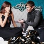 Foto de estilo de moda de una pareja joven atractiva dentro de lujo — Foto de Stock