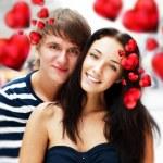 primer plano de la joven pareja abrazándose y muy felices de estar juntos — Foto de Stock   #8661291