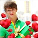młody człowiek wewnątrz centrum handlowego z pudełko czeka na jego dziewczyna o — Zdjęcie stockowe #8661317