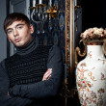 elegant man poserar i en stilfull interiör — Stockfoto #8662694