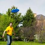 Man playing frisbee at his backyard — Stock Photo #8662898