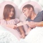 närbild porträtt av en lycklig ung par avkopplande på sängen. Ma — Stockfoto