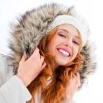 joven bonita a mujer disfrutando en el parque de invierno. riendo y — Foto de Stock