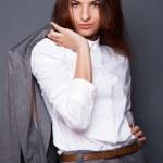 retrato de uma mulher de negócios jovem bonita em pé com a mão — Foto Stock