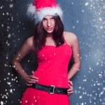 Portrait de la belle jeune femme de Noël posant port santa — Photo #8664115