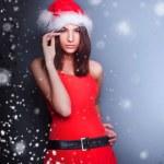 Portrait de la belle jeune femme de Noël posant port santa — Photo #8664135