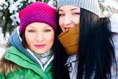 Dva happy přátelé zábava v zimě — Stock fotografie