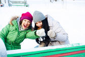 冬の公園で楽しんで 2 つの幸せな若い女の子 — ストック写真