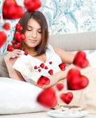 かわいい若い女性はバレンタインの日とそれを読んで保持します。美しいょん — ストック写真