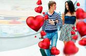 Retrato de casal jovem caminhando juntos no hall do aeroporto com t — Foto Stock