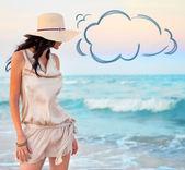 Młode piękne sexy opalona brunetka kobieta ubrana Słomkowy kapelusz i — Zdjęcie stockowe