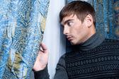 вид сбоку молодых деловой человек, глядя через стекло окна — Стоковое фото
